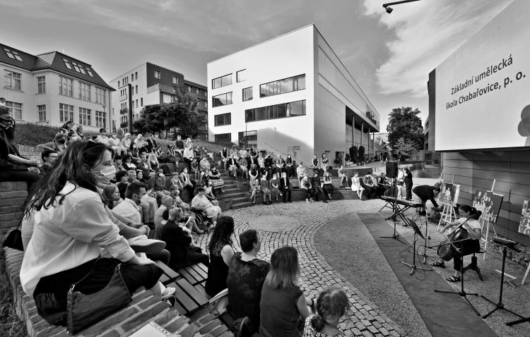 Fotky z koncertu žáků pro dobrovolnické centrum KŘESADLO (amfiteátr UJEP)